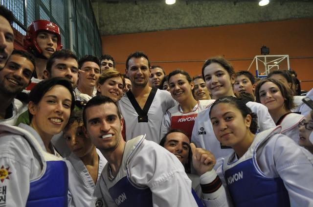 alcuni atleti del taekwondo  con il campione olimpico carlo molfetta