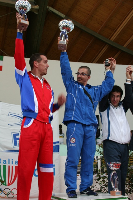maestro tramaglino (al Centro) ritira la coppa come cmpioni d italia 2010 Taekwondo